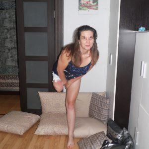 Olga Amputee: Sexy stump at home…